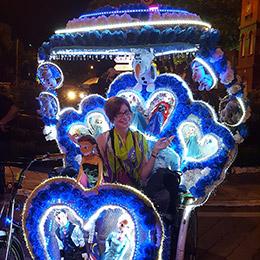 Ninon dans l'un des Tuktuk de Malacca